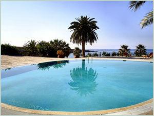Kypr - bazén u hotelu